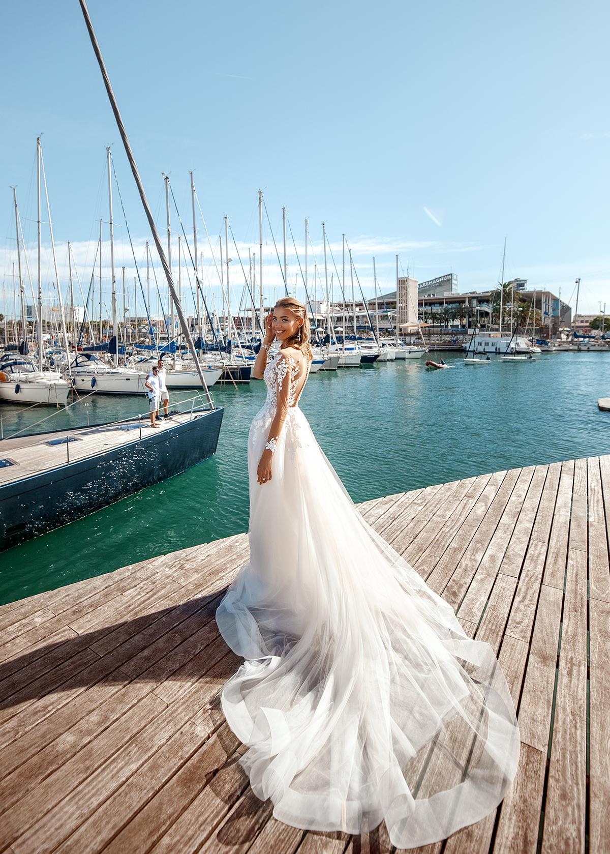 Модель LORA от Versal wedding dress